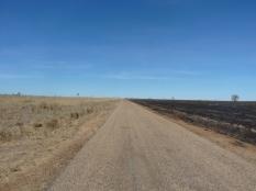 Enfin la route, malheureusement c'est bien plat et le vent me fait avancer aussi lentement que sur la piste